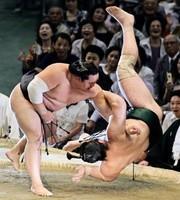大力士不敵新冠病毒 日本相撲首次無觀眾的搏鬥
