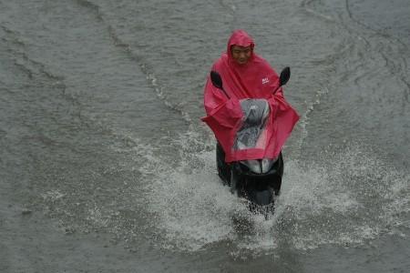 7月20日北京街頭騎車的路人。(Lintao Zhang/Getty Images)
