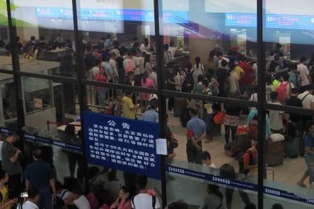 7月20日北京西客站,由於暴雨造成運輸中斷,人們排隊退票。(VCG/Getty Images)
