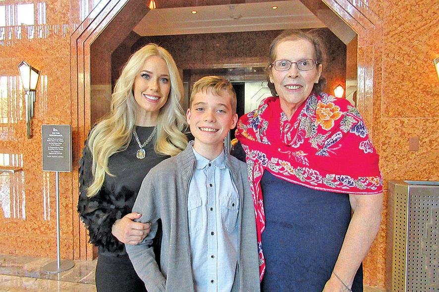酒店資深室內設計師Erin Pratt(左)與婆婆和兒子。(姜麗/大紀元)