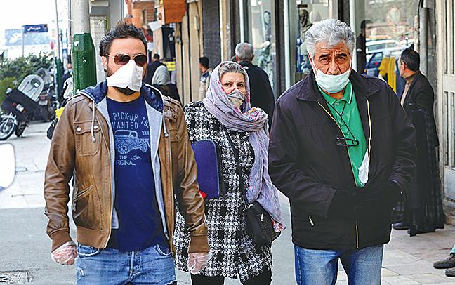 圖為武漢肺炎疫情籠罩下的伊朗街頭行人。(攝於2020年2月29日)(AFP)