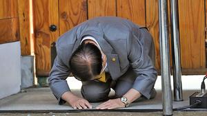 南韓新天地教主下跪道歉