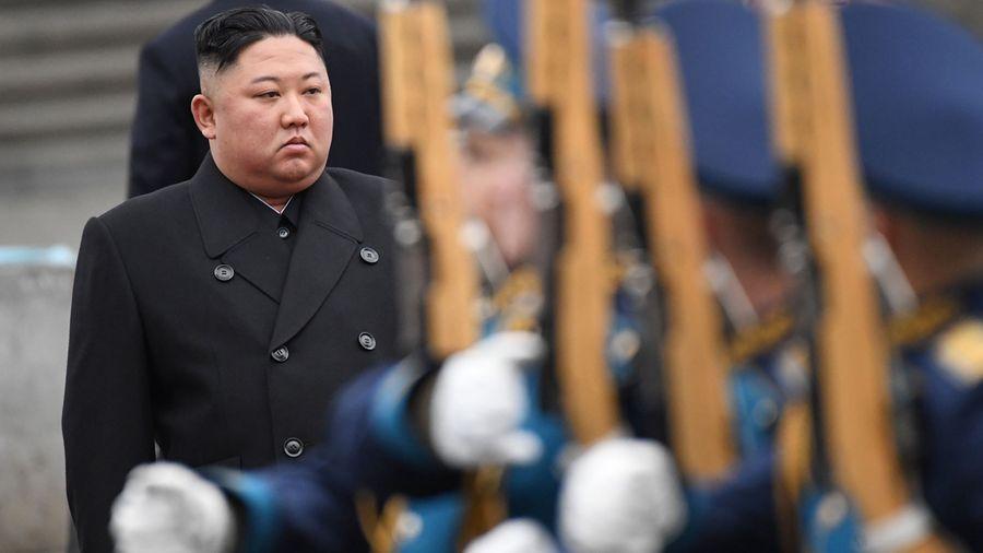 從北韓官媒的報道推測,北韓可能有七千多名中共肺炎疑似患者正在被隔離中。不過,金正恩露面時沒戴口罩。(KIRILL KUDRYAVTSEV/AFP via Getty Images)