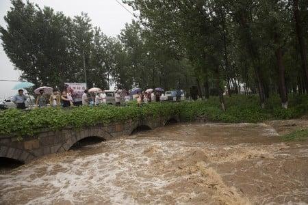7月19日洪水奔過河南的村莊。(Lintao Zhang/Getty Images)