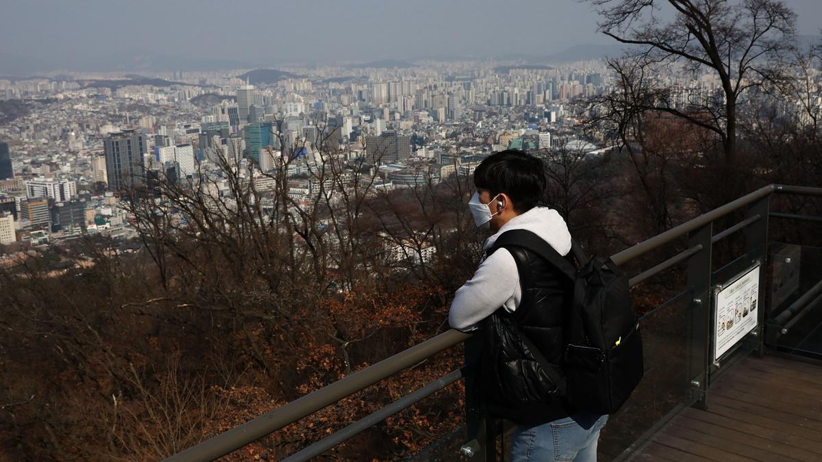 一個武漢網友講述他媽媽患病後住不上院,不停哀求他找點藥給她吃能加速死亡,他只能流淚打110備案。示意圖(Chung Sung-Jun/Getty Images)