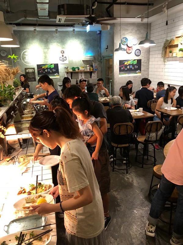 「走肉・朋友」過去是自助素食餐廳,十分受歡迎,老闆希望疫情過後還能恢復自助餐形式。(受訪者提供)