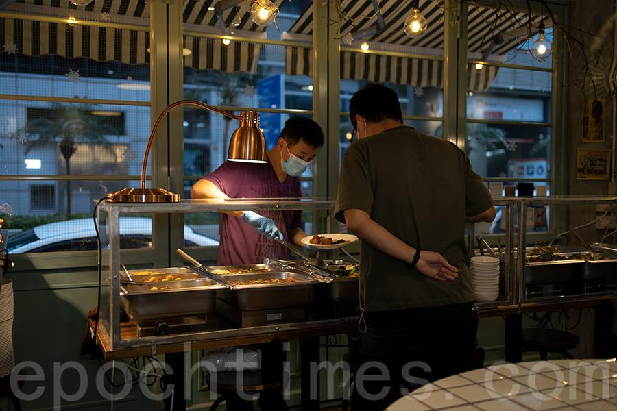 自助餐廳在短短一周內轉型,更改為「自選餐」。(陳仲明/大紀元)