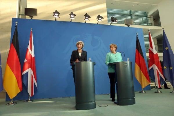 圖為去年7月21日,英國首相文翠珊與德國總理默克爾會面後達成協議,不會在去底前不會啟動脫歐。(Adam Berry/Getty Images)