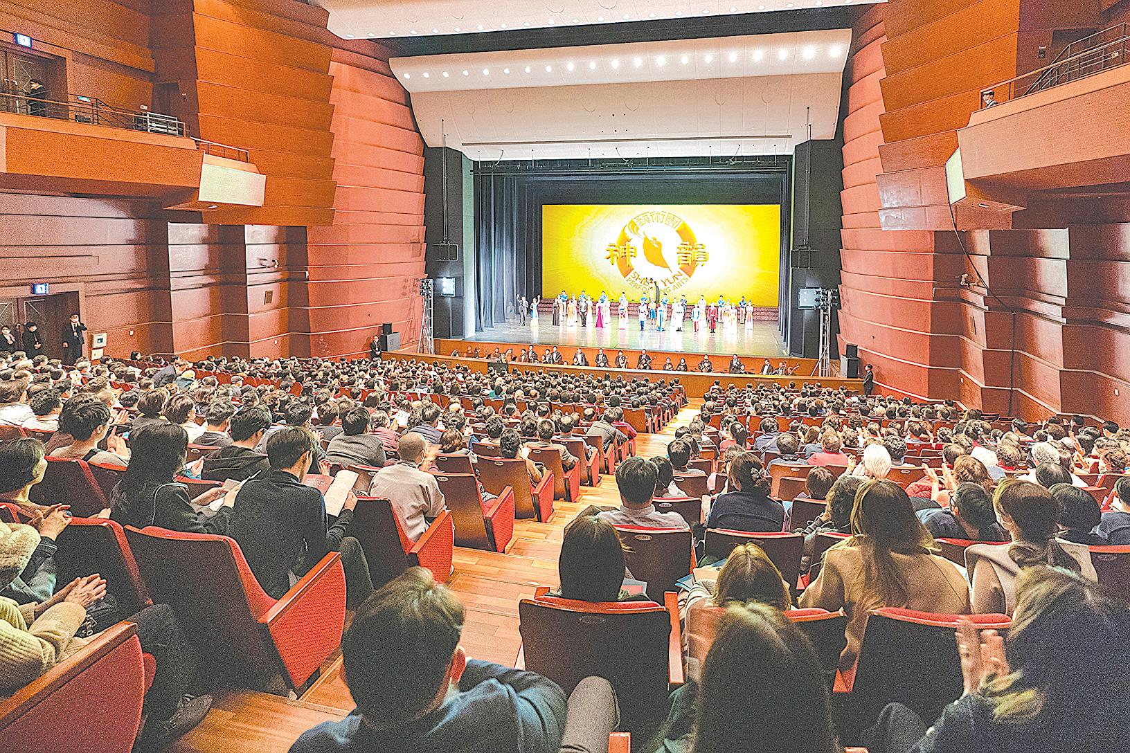 2020年2月15日下午,美國神韻紐約藝術團在南韓昌原市3.15藝術中心的演出,謝幕時觀眾以熱烈掌聲感謝神韻藝術家。(全景林/大紀元)