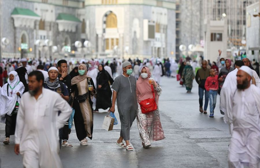 2020年2月28日,民眾戴口罩在沙特阿拉伯的麥加一座大清真寺行走。(ABDEL GHANI BASHIR/AFP via Getty Images)