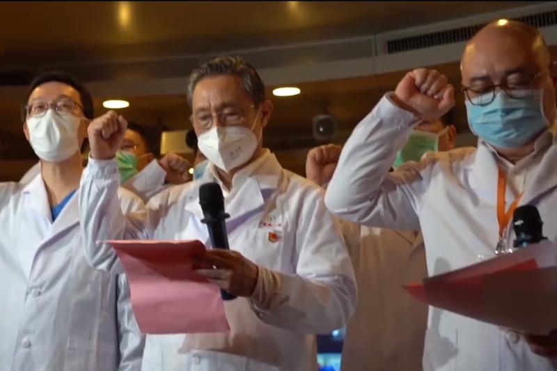 近日,中共黨媒高調報道,醫護人員不是忙著對抗病毒,而是進行火線入黨儀式。中共當局所謂的抗疫權威鍾南山,更在入黨儀式上帶領揮拳宣誓。有網友炮轟:「現在鐘南山成了中共吸引「票房」的男影星。」(網絡圖片)