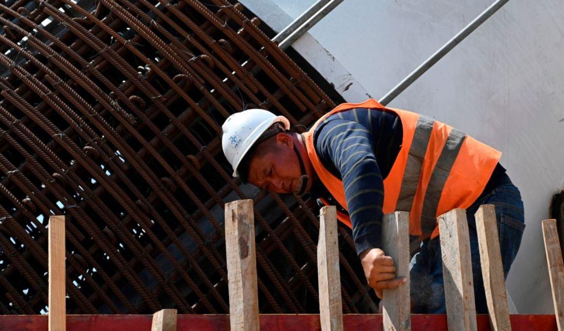 圖為一名中國工人在一個建築工地上工作的場面。圖片與新聞報道無關。(ISHARA S. KODIKARA/AFP via Getty Images)