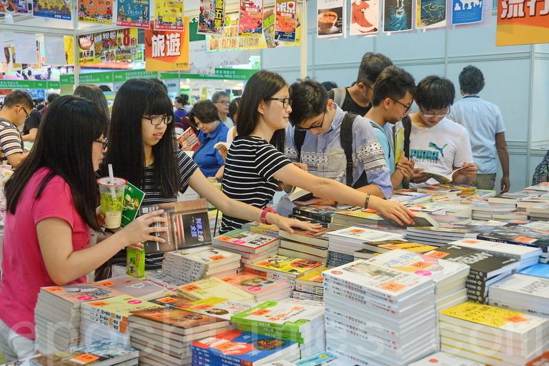 每年書展都會吸引很多年輕人購買不同種類的書籍。(宋祥龍/大紀元)