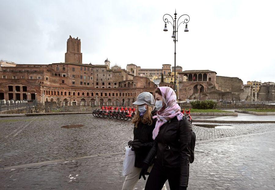 2020年3月3日,兩名戴著口罩的婦女走過羅馬的圖拉真廣場。(VINCENZO PINTO/AFP via Getty Images)