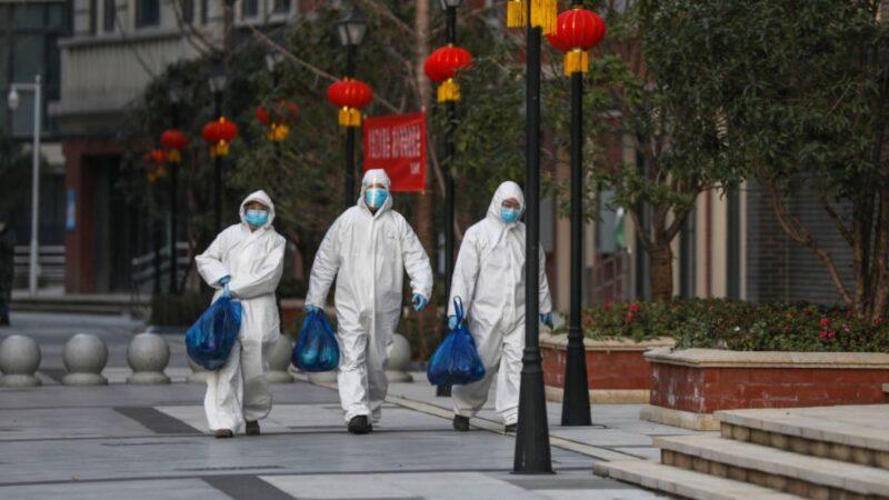中國武漢市實行最嚴封閉式社區管理後,居民的生活物資只能依靠社區安排的人員配送,物資價格比平常高出許多。(STR/AFP via Getty Images)