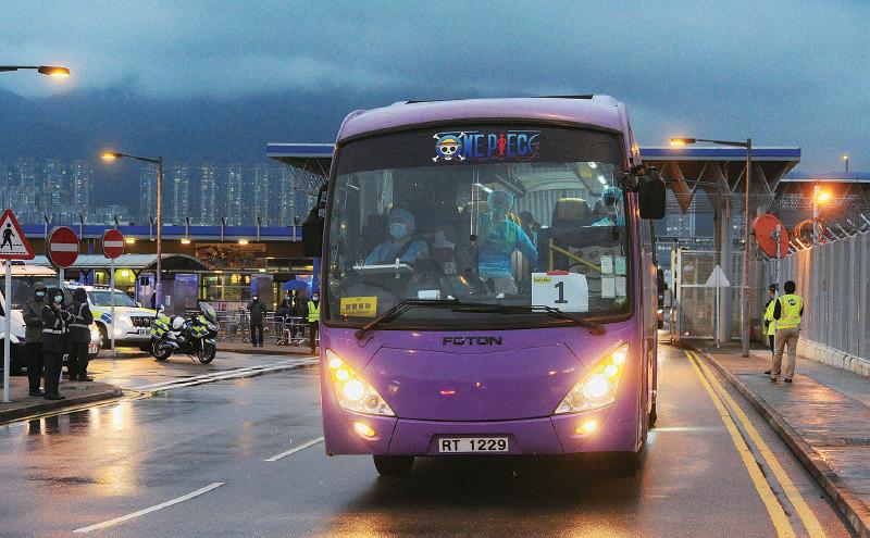 政府昨日派出兩班包機到武漢接載滯留港人,共接回244人。乘客下機後,直接登上由政府安排的多輛旅遊巴,送到駿洋邨接受14天隔離檢疫。(宋碧龍/大紀元)