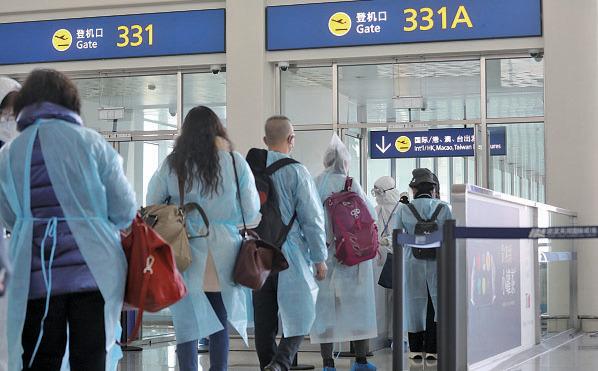 滯留湖北省的香港居民昨日在武漢天河國際機場登機。(政府新聞處)