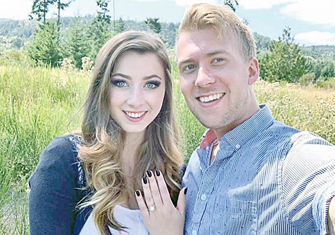羅菈在臉書向大家展示布雷登送給她的求婚戒指,並宣佈他們(再次)訂婚了。(Laura Hart Faganello Facebook)