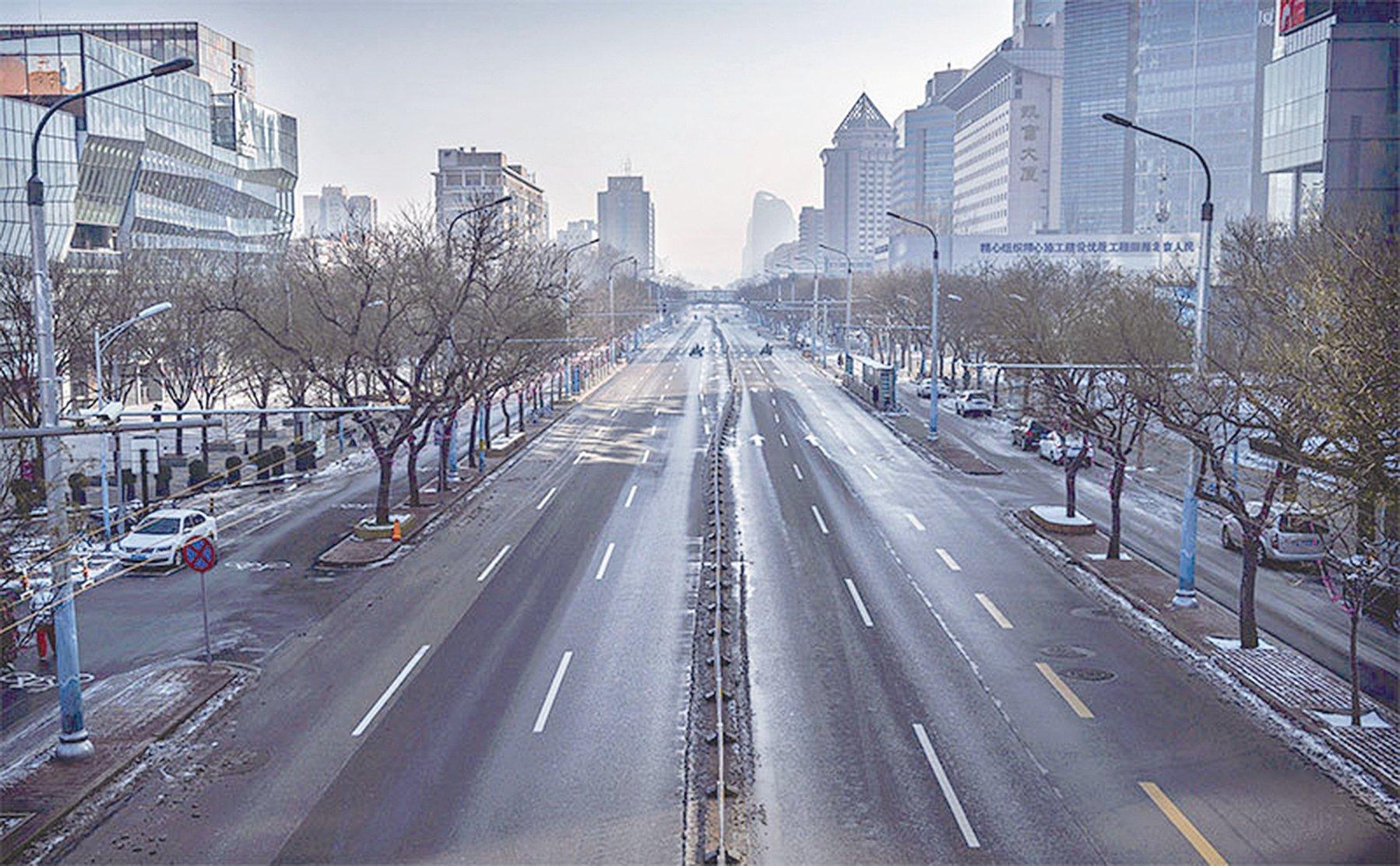 武漢瘟疫之後,中國經濟前景堪憂。圖為2020年2月北京一個通常是擠滿人的購物區內,卻是空無一人。(Getty Images)