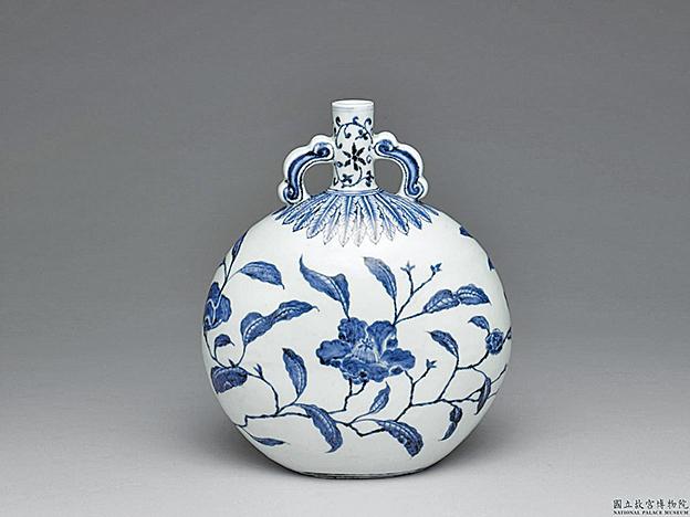 明‧永樂‧青花山茶花紋如意耳扁壺 (國立故宮博物院提供)