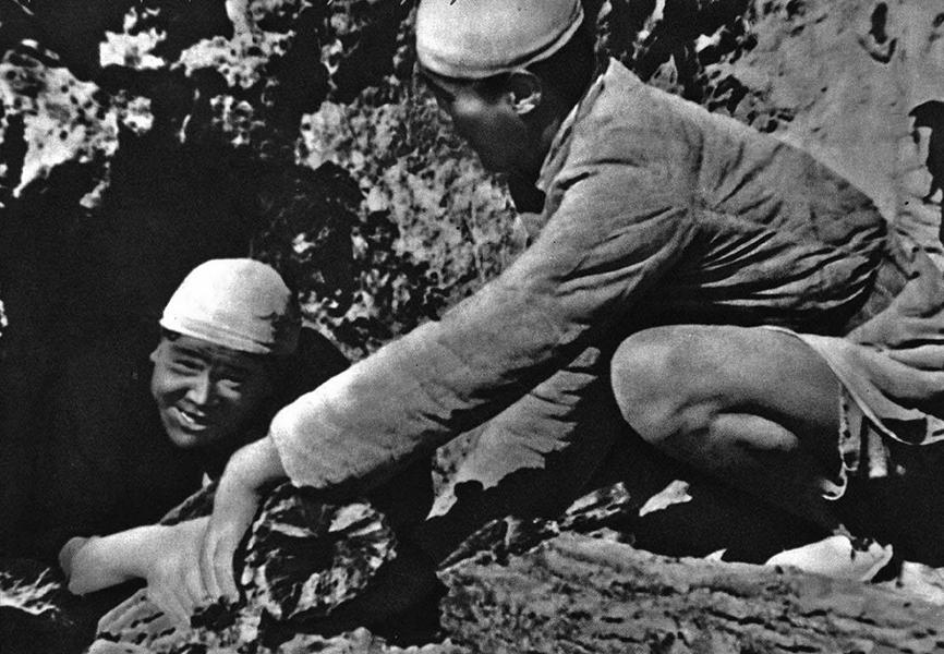 在窯洞中熬製鴉片被活埋的張思德(左)。(網絡圖片)
