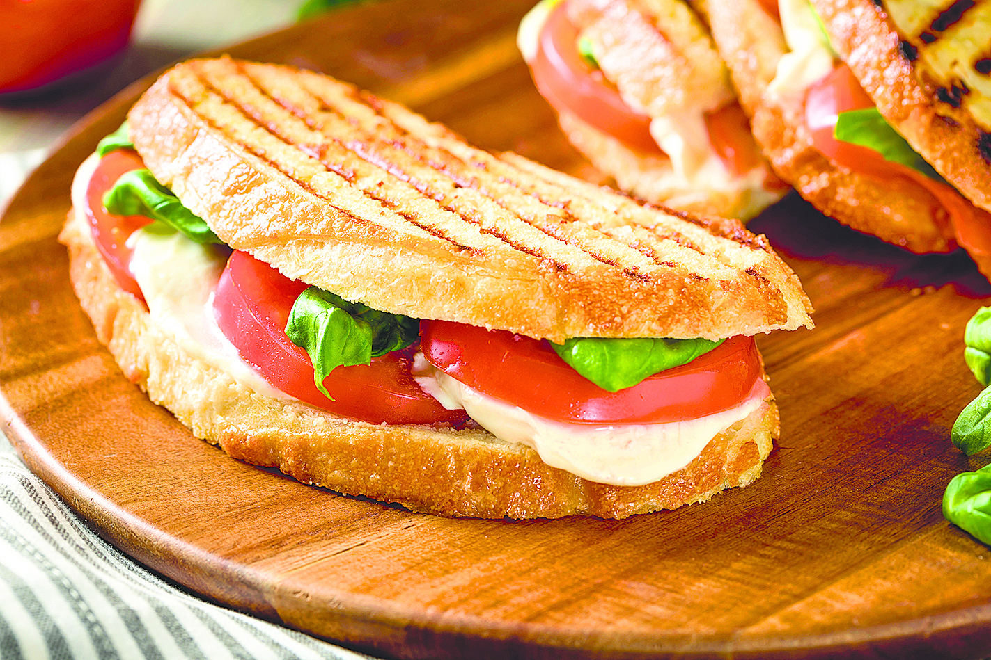 這道卡布里帕尼尼(Caprese Panini)是由切片莫薩里拉芝士、番茄和甜羅勒製成。