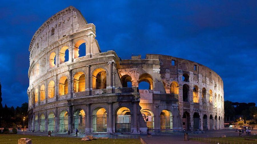 古羅馬鬥獸場(Colosseo,也稱競技場)遺蹟。在歷史上,古羅馬帝國對基督教進行了長達三百年的迫害。在鬥獸場上,一些基督徒被蒙上獸皮,讓狼狗活活咬死。(Diliff/維基百科)