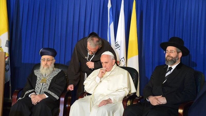 2014年5月26日,拉比‧約瑟夫‧平托(右)與教宗等人在耶路撒冷會面。(VINCENZO PINTO/AFP via Getty Images)