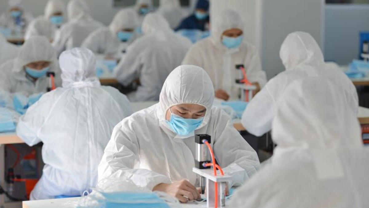 中共強令復工,開啟了中國更大的群聚感染。有人倒在廠裏,有人死在車上。但中共隻字不提。示意圖(STR/AFP via Getty Images)