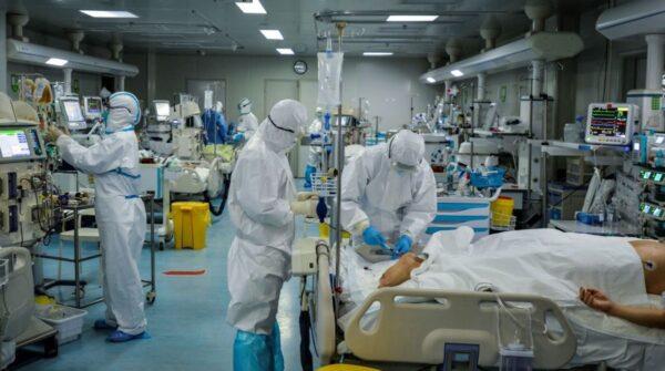 圖為武漢市醫務人員2月24日在對一名患者進行治療。(STR/AFP via Getty Images)