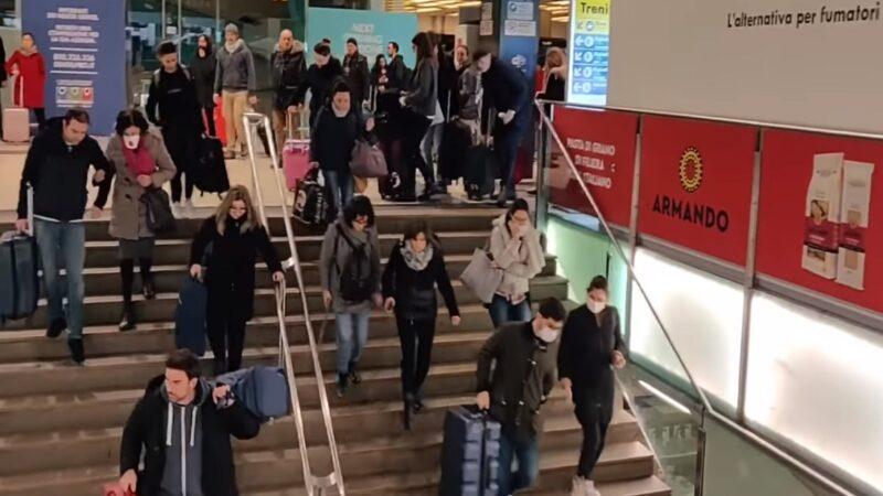 意大利中共肺炎7日新增1247人,政府提緊急方案,擬封鎖整個倫巴底大區與其他區域的11個省。消息一出,民眾紛紛湧入車站。(影片截圖)