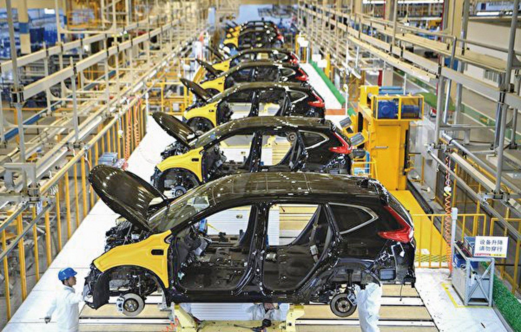 圖為武漢肺炎爆發前,一家跨國企業位於武漢的汽車工廠。(STR/AFP via Getty Images)