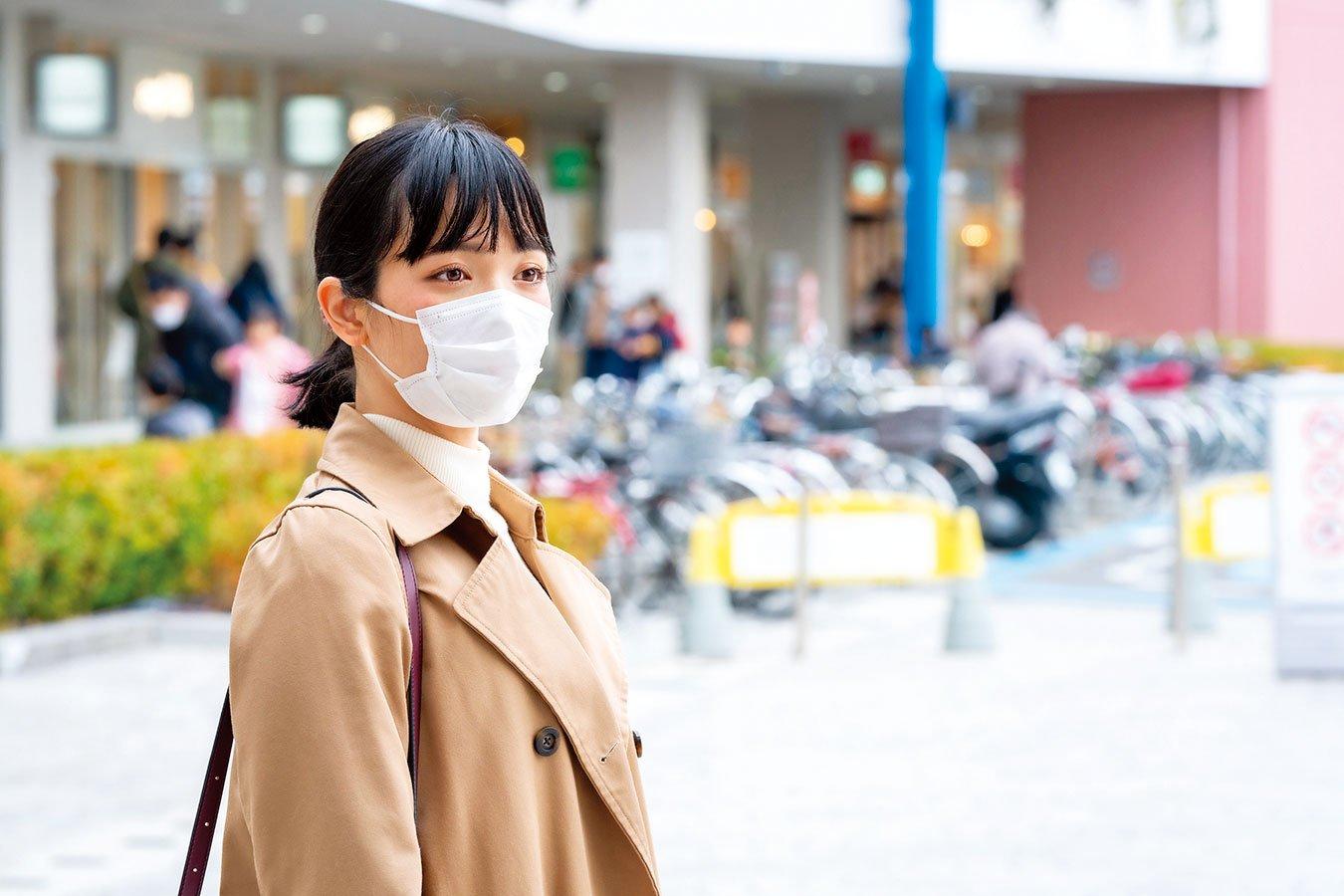 戴口罩外出時可以綁馬尾,以減少病菌附著散髮。(shutterstock)