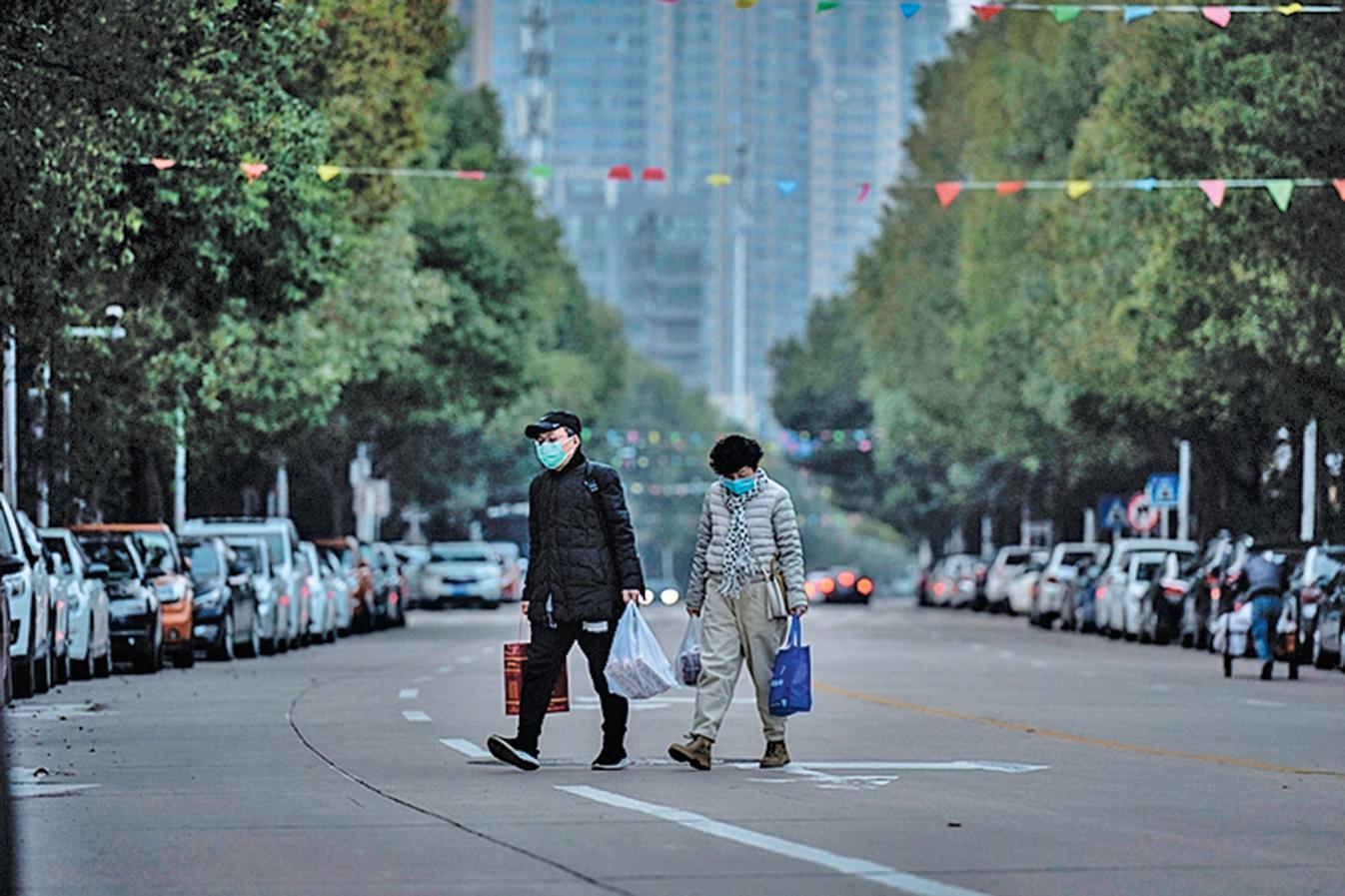 中共最近實施「健康碼」系統管控民眾的日常行動。圖為武漢街頭。(AFP)