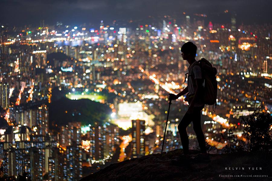 獅子山的絢爛香港夜景,吸引Kelvin走上攝影之路。(受訪者提供)