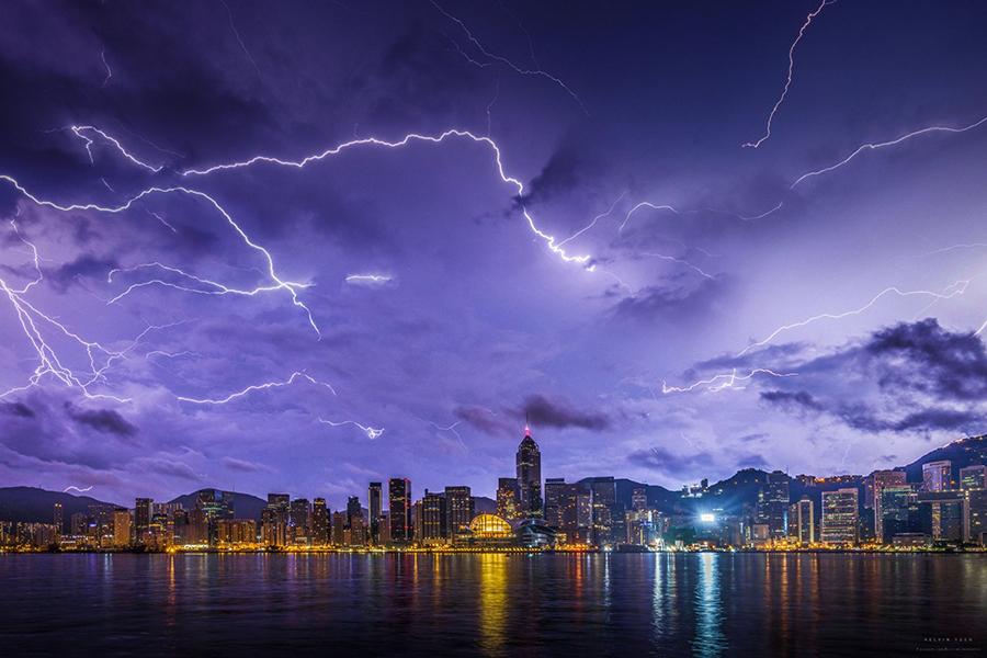 不同的天氣都可以拍攝出不同的效果,暴風雨來臨前夕,Kelvin拍攝的閃電。(受訪者提供)