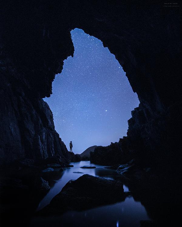 Kelvin在西貢的一個海蝕洞內拍攝星空,獨特的構圖產生夢幻的效果,拍攝過程也需要精準計算潮汐情況。(受訪者提供)