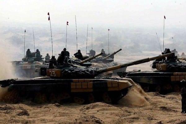 日前,印度軍方在中印邊界地帶拉達克地區部署百輛坦克。圖為印度陸軍裝備的T-72M1主戰坦克。(網絡資料圖片)