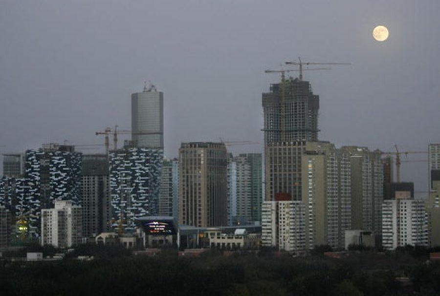 近日,中共發改委、央行、住建部等31部委聯合簽署文件,推出37條懲戒措施,對失信的房地產企業、個人進行聯合懲戒。圖為北京的高樓群。(FREDERIC J. BROWN/AFP/Getty Images)