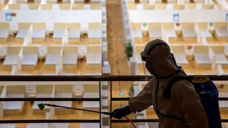 武漢方艙醫院內一名醫護人員正在消毒。(STR/AFP via Getty Images)