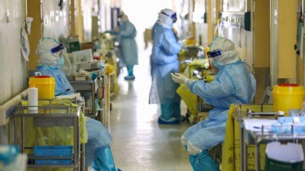 中共肺炎奪去成千上萬民眾的生命。圖為醫院的醫護人員工作場景。(STR/AFP via Getty Images)