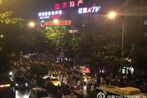 重慶城管圍毆殘疾商販 被上千憤怒民眾圍堵
