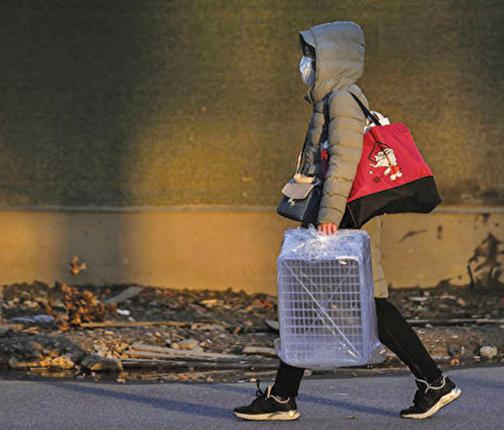 武肺疫情在全國大爆發,而湖北人在全國範圍飽受歧視和打擊。圖為一名武漢市民經過空蕩的街道。(Getty Images)