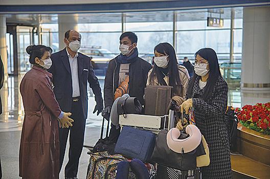 3月9日,部份駐北韓外交人員撤離,坐飛機前往俄羅斯符拉迪沃斯托克(Vladivostok)。(AFP)