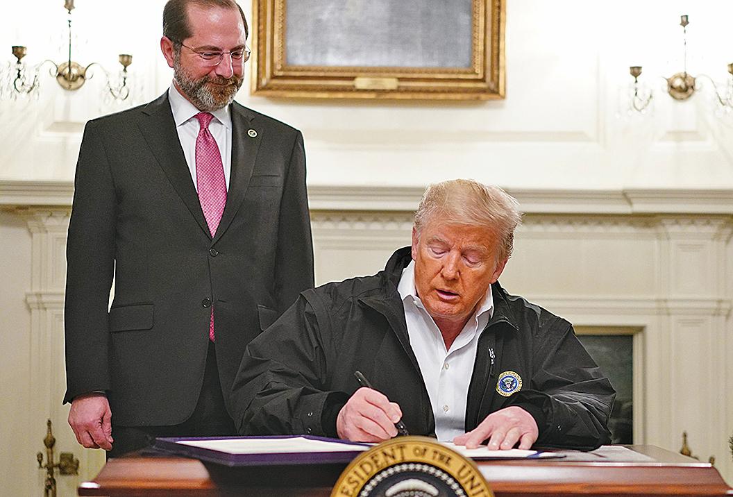 美國總統特朗普3月8日表示,白宮有一個應對武肺疫情的完美計劃。圖為特朗普於3月6日簽署了一項83億美元抗擊武肺的緊急撥款法案。(AFP)