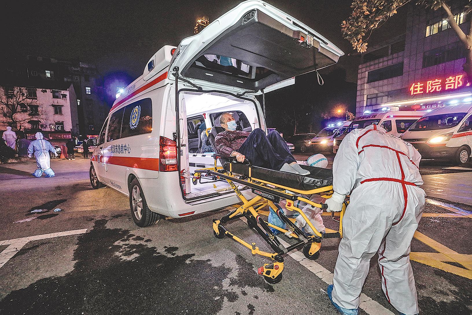 2020年3月3日,武漢新冠病毒患者等待從武漢市第五醫院轉移到雷神山醫院。(STR/AFP via Getty Images)