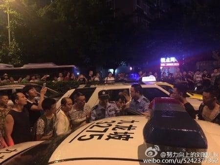 7月18日晚,重慶市九龍坡區石橋鋪白馬凼十餘名城管圍毆身有殘疾的兩名商販夫婦,引起民憤。(網絡圖片)