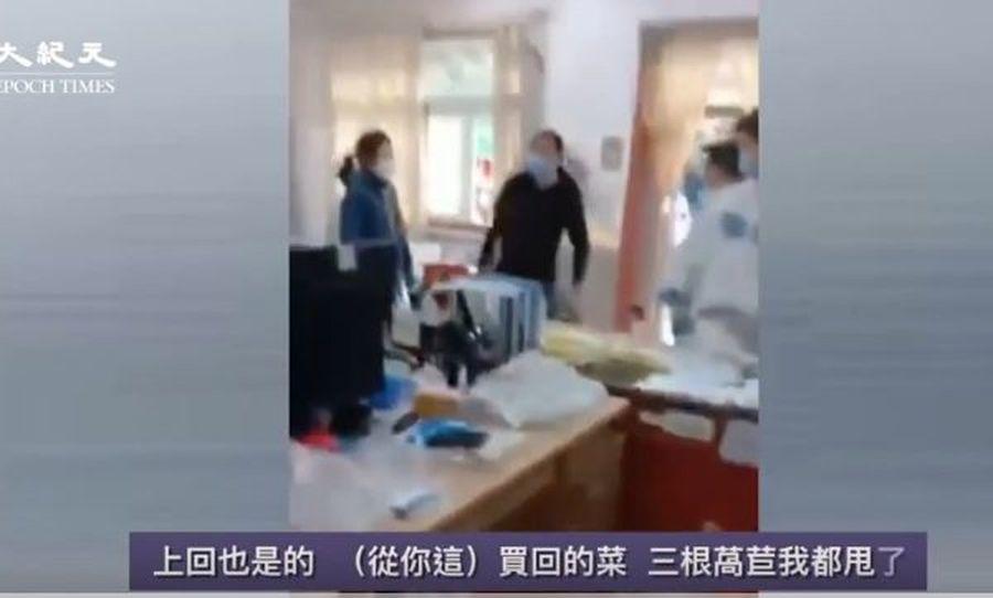 一男居民到居委會,質問工作人員為何把他家的菜葉子切掉。(影片截圖)