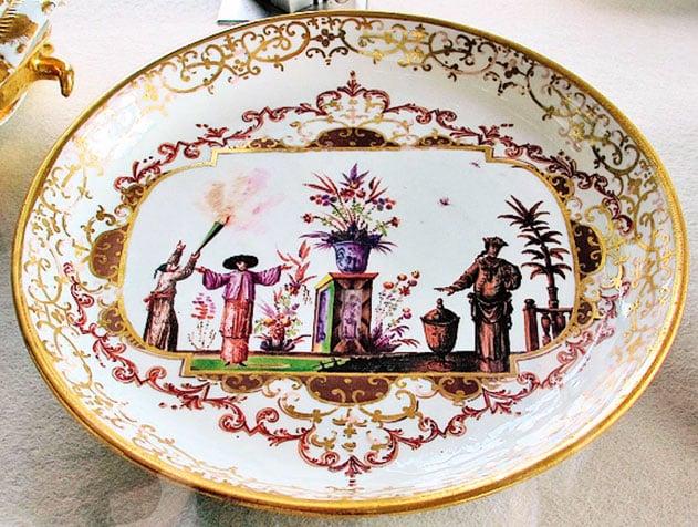 邁森瓷器廠(Meissen Porcelain Factory)1720年生產的中國風情盤子。(Sailko/Wikimedia Commons)