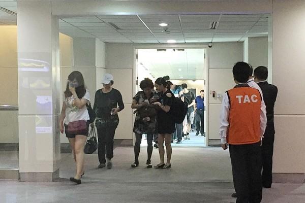 中國大陸遊客團來台不幸遭遇國道火燒車事件,罹難陸客的家屬21日下午搭機抵台。圖為家屬進入機場畫面。(中央社)